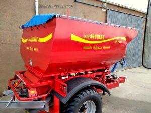 oAbonadora arrastrada de 7.000 kg marca AGUIIRE, con ordenador de caudal proporcional al avance del tractor, en la población de Santa María del Campo