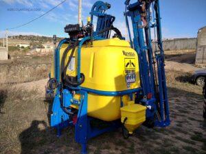 o Pulverizador de 2.000 L. marca AGUIRRE con barras de 24 m, corte de tramos automático en el municipio de Vilafruela